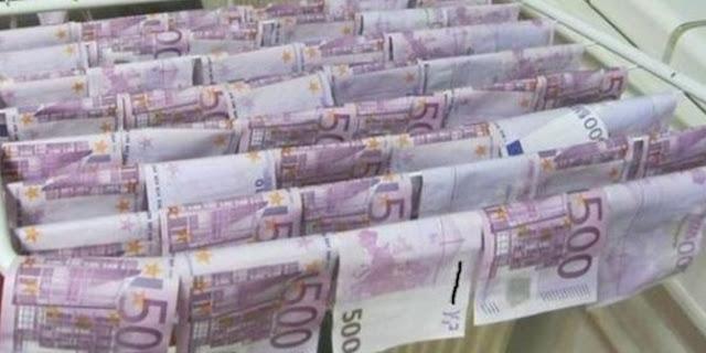Uang pecahan 100 euro dan 500 euro yang mengambang di sungai Danube, Austria.