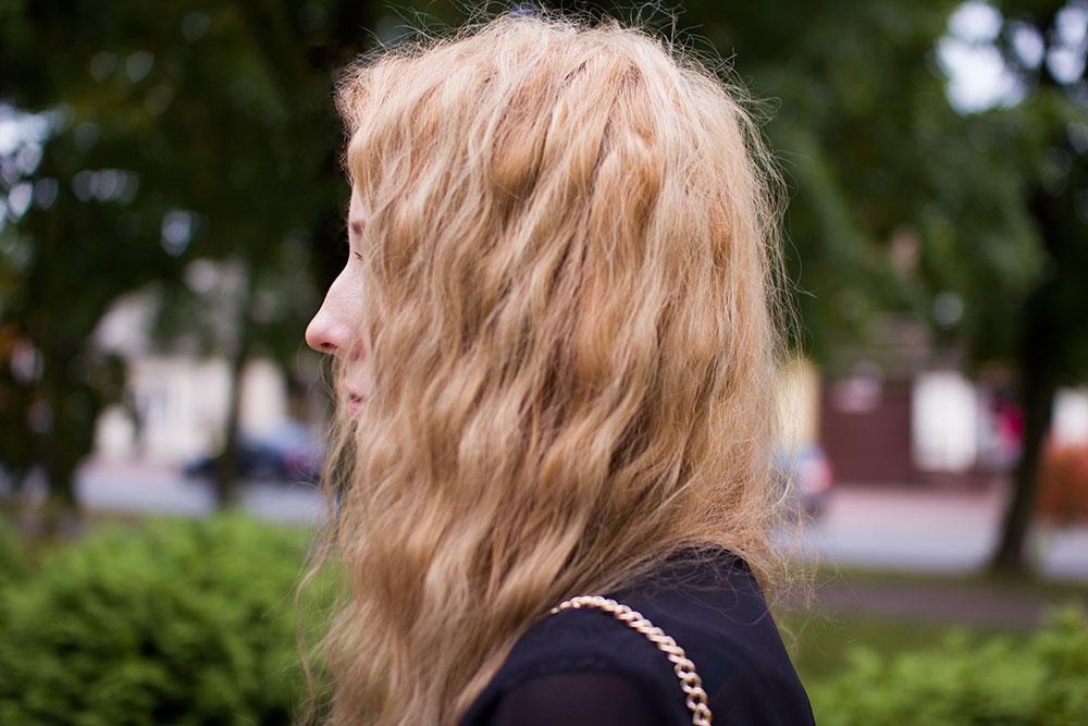 Blog modowy. Boho kombinezon, krótkie spodenki. Błękitna baby blue torebka, rzymianki na obcasie rude z ćwiekami, pasek pleciony warkocz brązowy cienki, blond kręcone włosy. Czarna narzutka mgiełka, złoty naszyjnik.