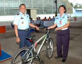 Tertawa bersama di pangkalan TNI AU