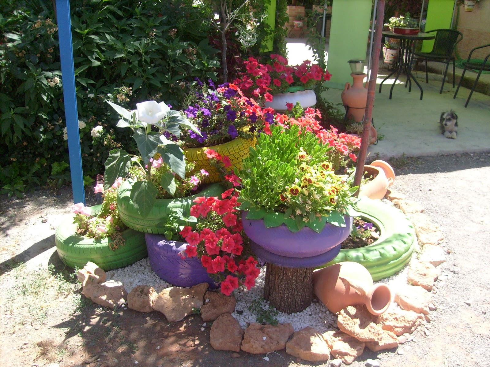 Jard n reciclaje y m s jardinera y rocalla de neum ticos - Jardineras con ruedas ...