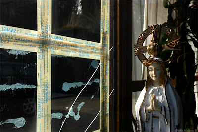 Madonna Maria Mary taped cross, tejpat kors, förort, krossat glas, broken glass, tsyfopl, foto anders n