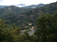 Les Cases de les Arenes, les Roques d'Aguilar i al fons els Cingles de Gallifa