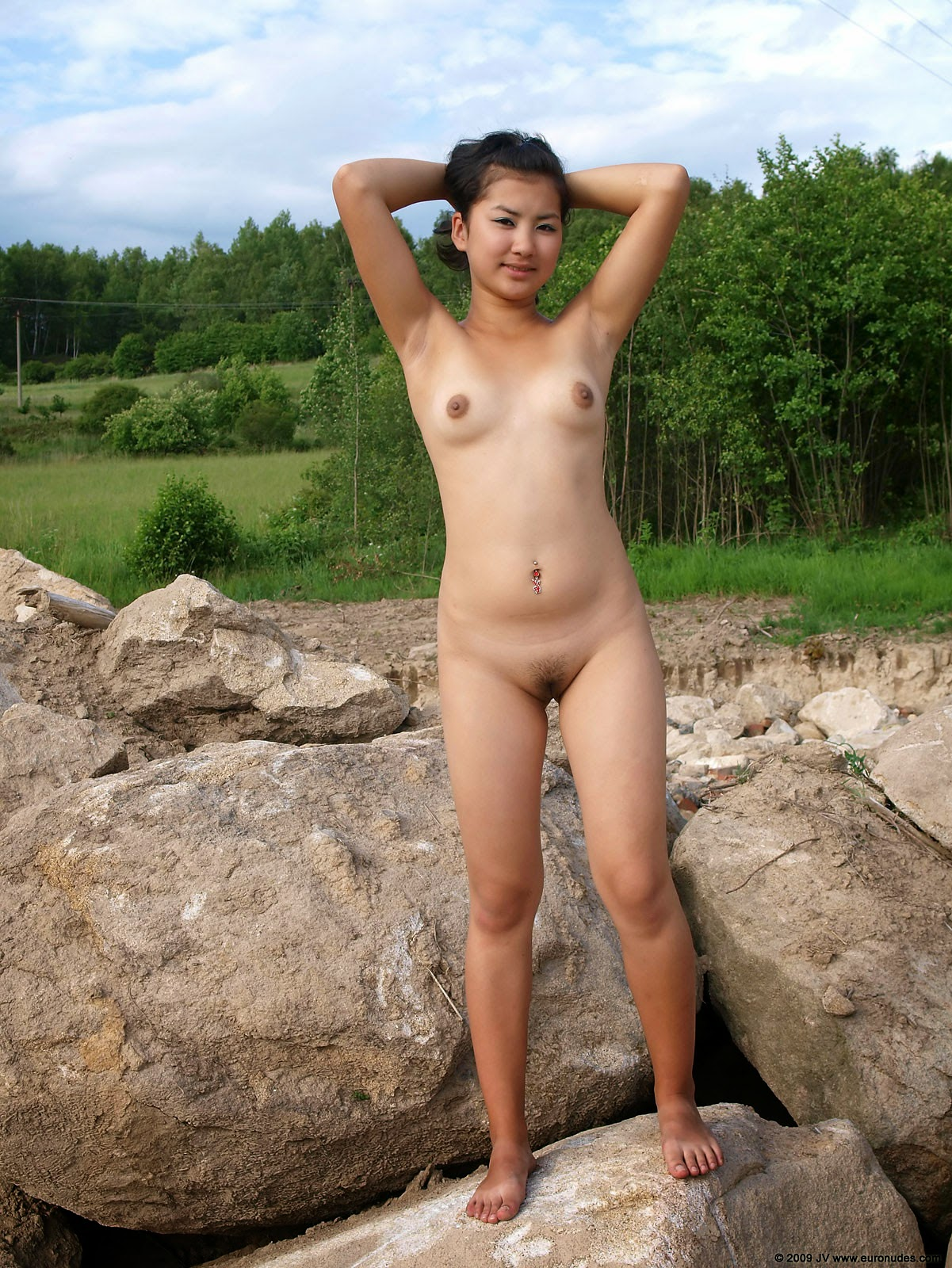 amature chinese nude outside