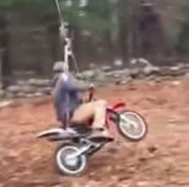 """Δείτε τι κάνει """"τρελαμένος"""" πατέρας με την μηχανή του και ένα σχοινί"""