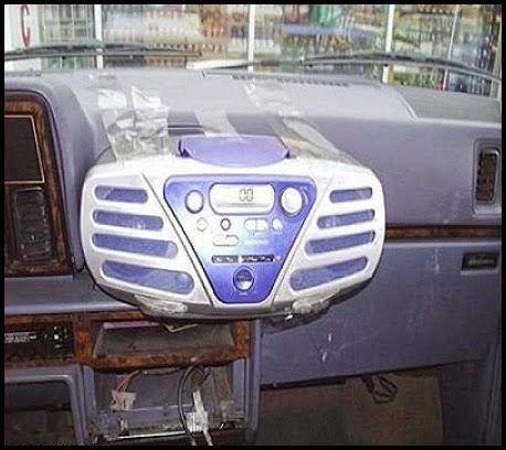 Interior de un coche con un loro pegado en el lugar del radio cd.