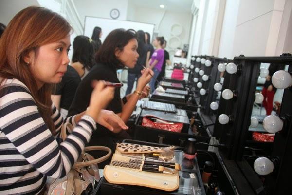 cantik : Belajar Make Up Dan Hair Styling
