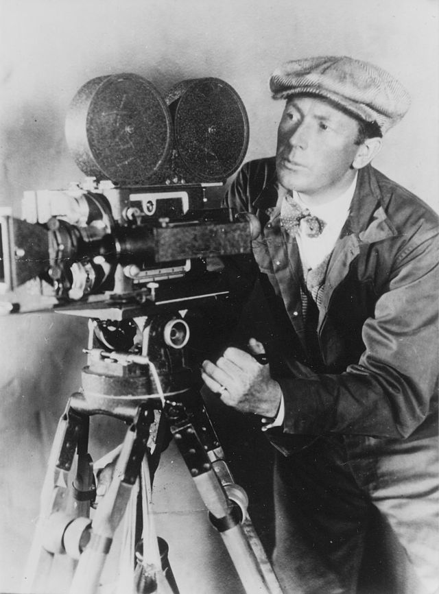 Imagen: Murnau sostiene una cámara