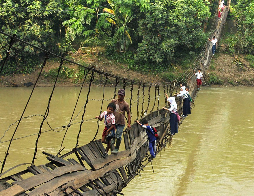 20 Of The Most Dangerous And Unusual Journeys To School In The World - Lebak, Indonesia