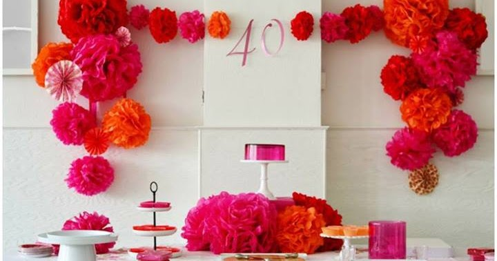 Ideas con pompones de papel fucsia y naranja y vasitos con - Ideas para fiesta 40 cumpleanos ...
