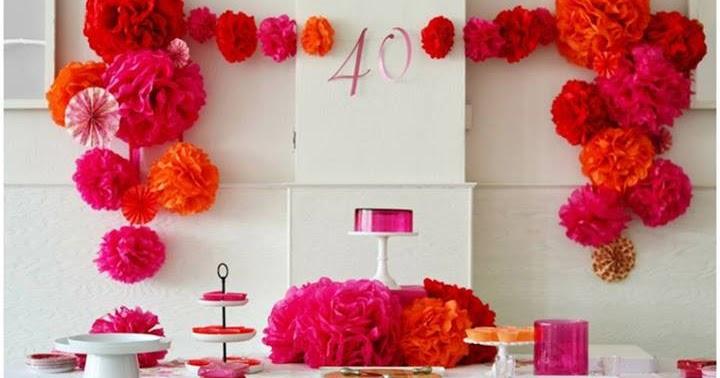 Ideas con pompones de papel fucsia y naranja y vasitos con - Ideas para decorar un cumpleanos de adulto ...