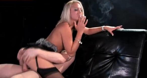 Mulheres fumando e fazendo sexo