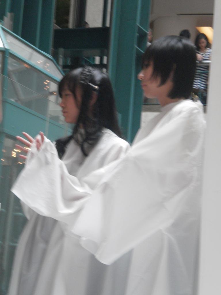 Ghaida dan shania saat melakukan aktifitas hair styling di plasa senayan
