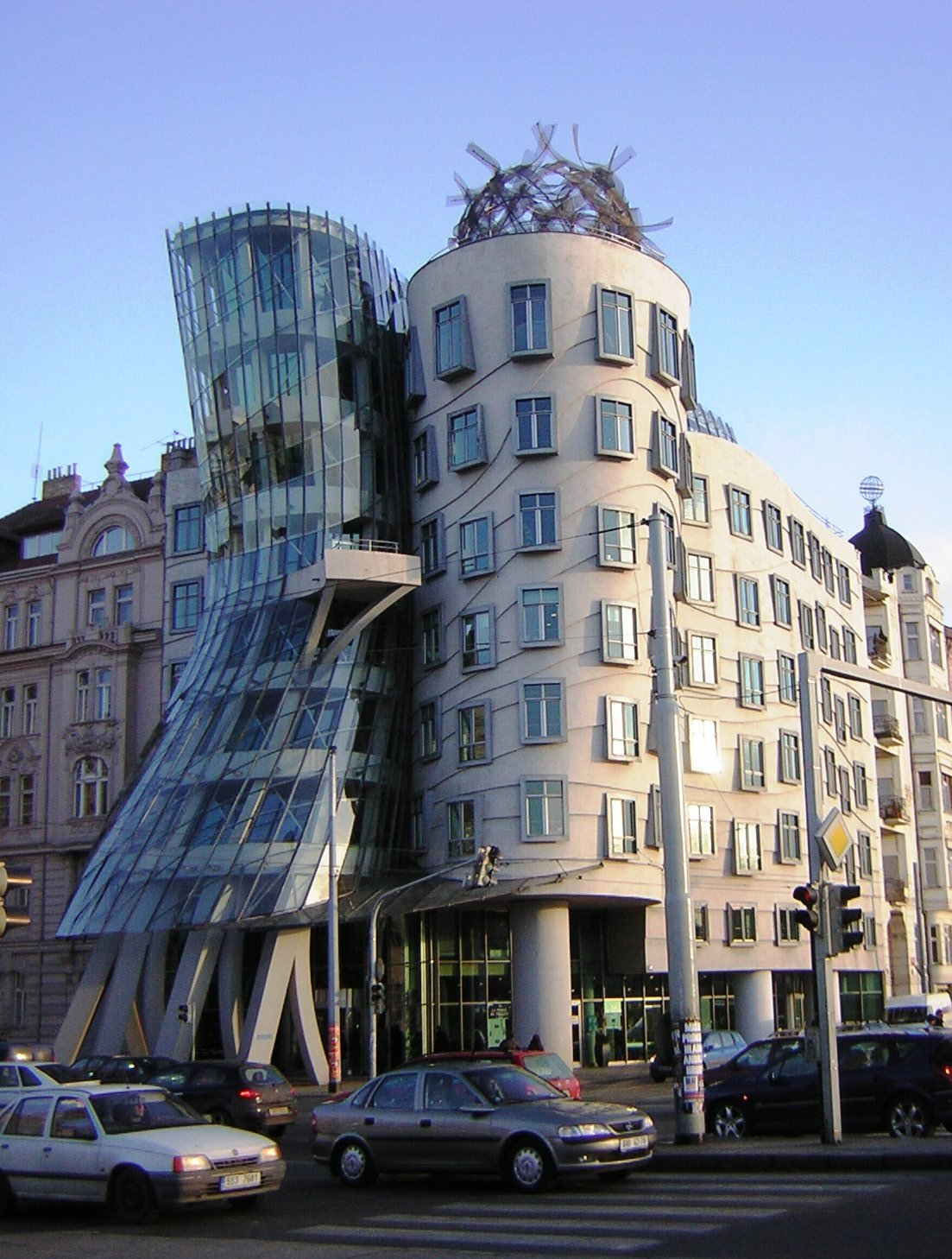 Dancing house minimalist home dezine for Architecture originale
