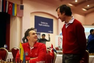 Ipatov qui a annulé lors de la ronde 5 face à Ivanchuk en discussion avec Sergei Tiviakov au championnat du monde d'échecs par équipes