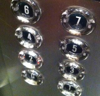 Subitement, sans raison apparente, l'ascenseur reprend sa course avant de s'arrêter à nouveau brutalement, porte toujours bloquée.