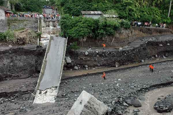 PU Jayapura Gandeng TNI Bangun Jembatan Putus
