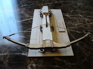 maqueta de la ballesta de Leonardo da Vinci a escala