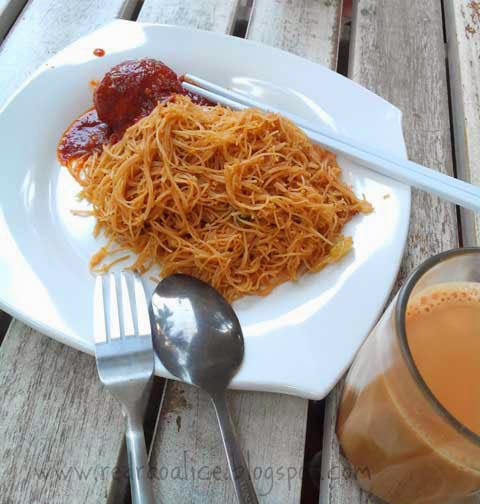 Food lover, foodgasm, Malaysian Cuisine, Malaysian Food, Best food in Malaysia, Travel to Malaysia, What to eat in Malaysia, Sambal Telur, Vermecelli noodles, Mee hoon, Food bloggers in Pakistan, Teh tarik, Milk Tea