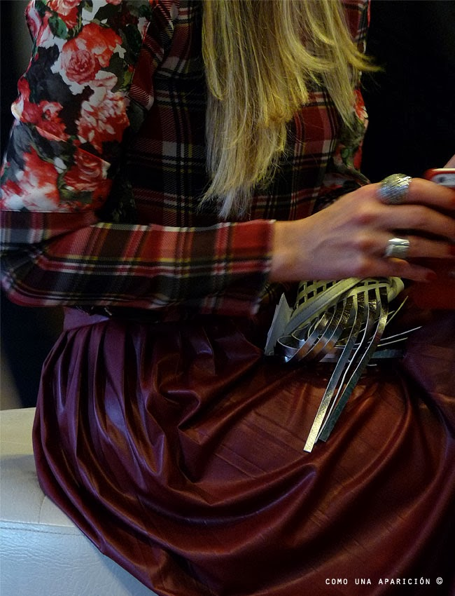 street-style-women-fashion-tartan-roses-english-red-skirt-silver-clutch-accesories-rings-como-una-aparición