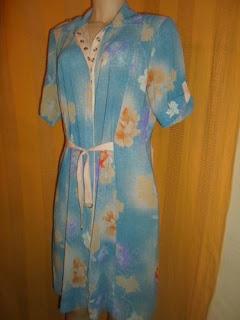 túnica azul com estampas florais  cintura ajustável