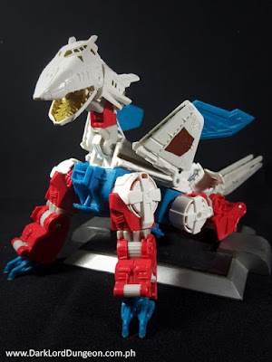 You can also mount his daggers on his wings.Transformers Combiner Wars ...: http://www.darklorddungeon.com.ph/2016/02/transformers-combiner-wars-sky-lynx.html