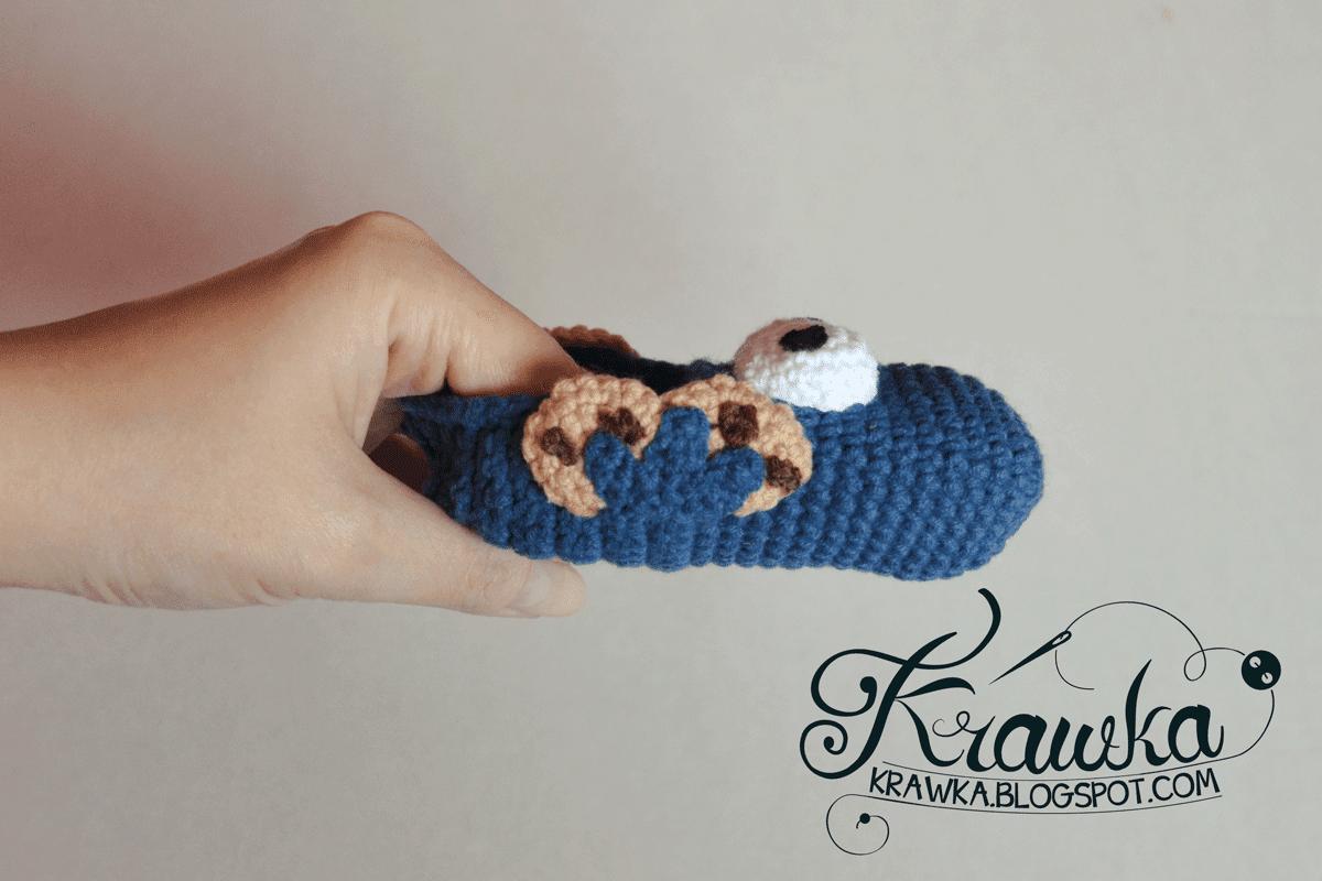 Buciki dziecięce, niemowlęce na szydełku amigurumi w kształcie ciateczkowego potwora z ulicy sezamkowej widok z boku. Amigurumi baby cookie monster booties crochet sesame street crochet pattern