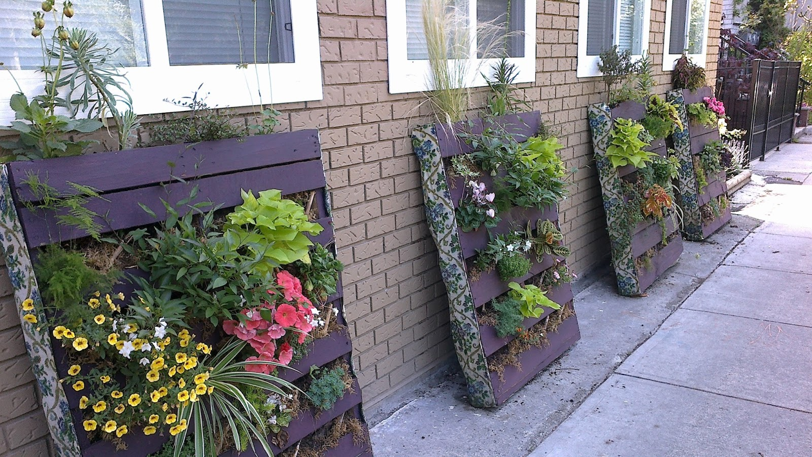 Projects to throw forward pallet garden composter for Pallet garden ideas