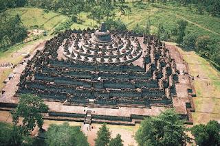 http://1.bp.blogspot.com/-upfwZFyeo98/T7mpUbRwOGI/AAAAAAAAAFI/w83HdGC6lSs/s1600/Candi+Borobudur+Magelang.jpg
