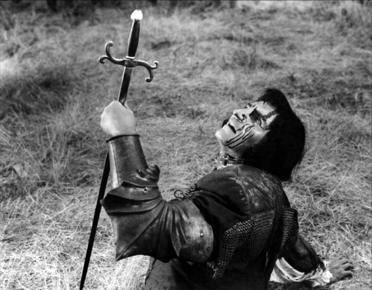 Laurence Olivier's death scene in Richard III movieloversreviews.blogspot.com