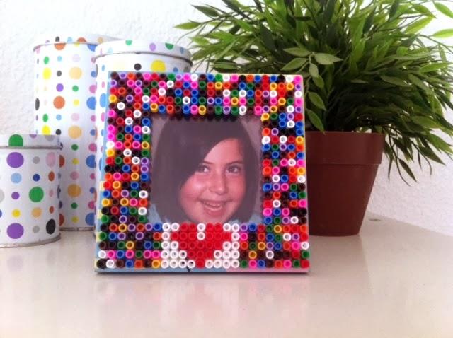 Manualidades original y colorido marco de fotos casero para regalar - Manualidades marco fotos ...
