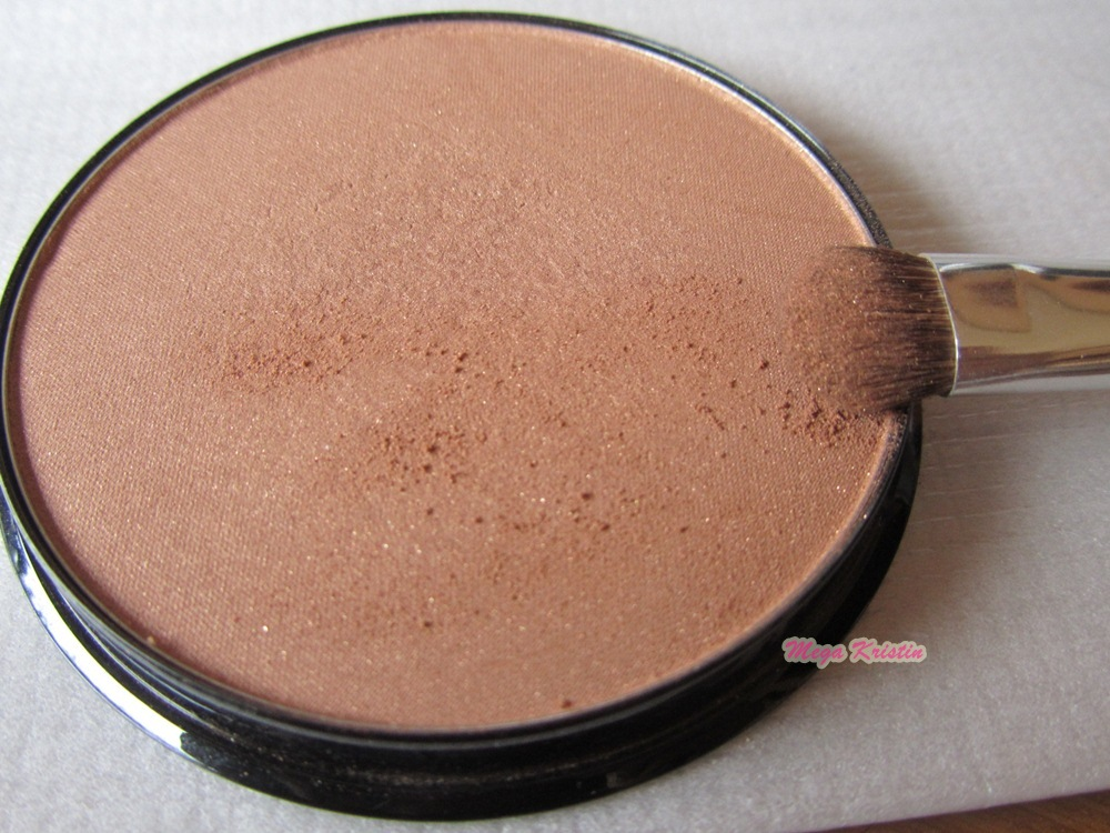 Using the Bronzer Brush (sold separately) sweep Bronzing Powder on the apples of the cheeks, forehead, nose, and chin—where the sun naturally hits the face. Finish with a light application of Bronzing Powder on the neck.