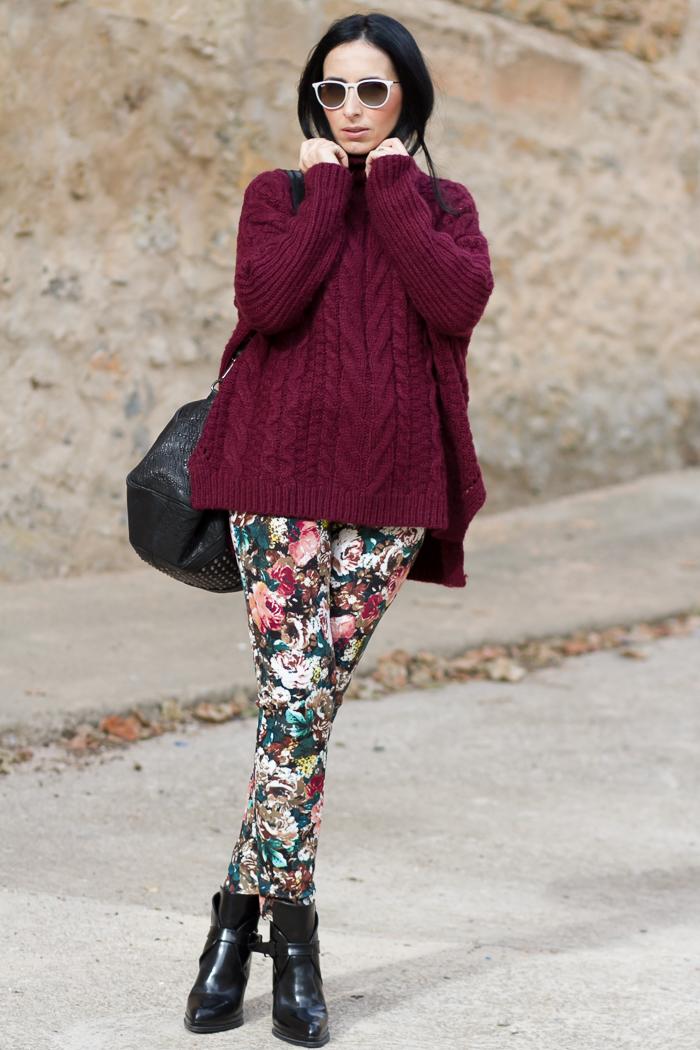 Pantalones de neopreno con estampado de FLores combinados con sueter grueso de ochos color oxblood rojo granate