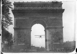 Charles Godefroy volando su Nieuport 11 a través del Arco de Triunfo en París el 7 de agosto de 1919.