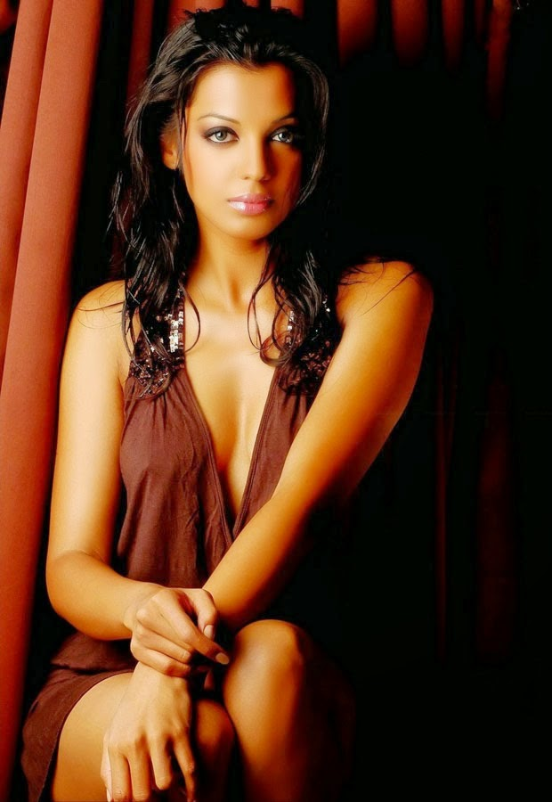 mugdha godse hot cleavage navel hd wallpaper in bikini