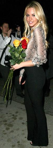 Elaine Alden posando con rosas rojas y amarillas