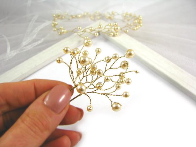 Ślubna spinka do włosów - kokówka Airy ze złotymi perłami.