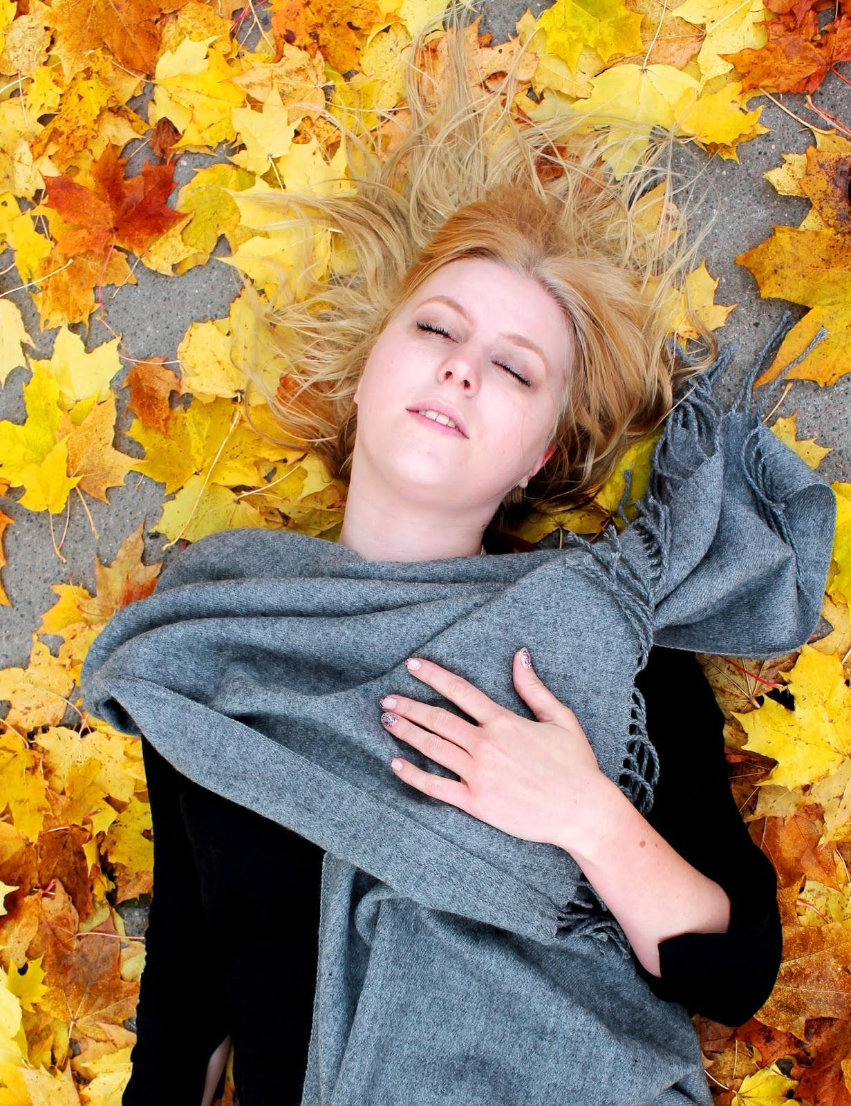 blogger, laying, down, ground, downtoearth, beautiful, girl, fall, falling, dead, editorial, model, modeling, photoshooting, photography, camera, photographer