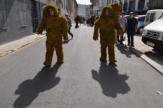 dos hombres de musgo  caminan camino al a plaza