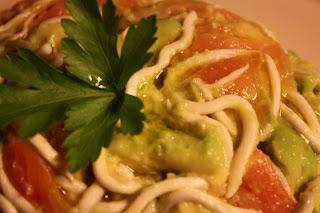 Ensalada tibia de Aguacate, gulas y salmón