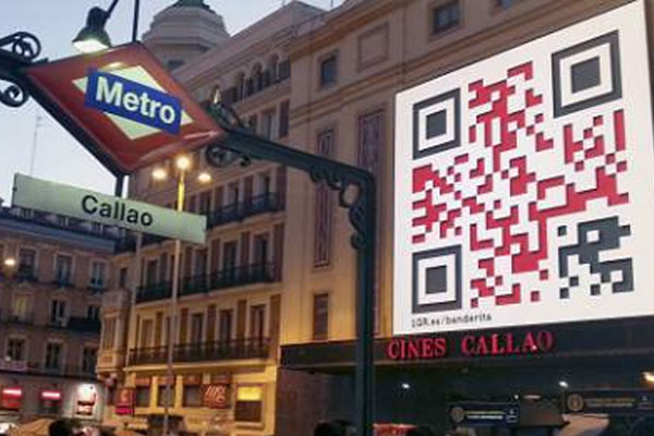 Código QR presente en la marquesina del los cines Callao - Madrid