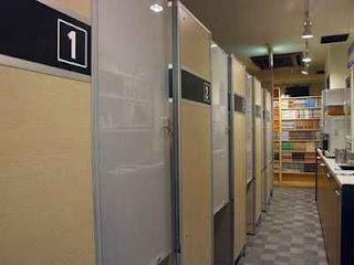 ruangan bilik warnet