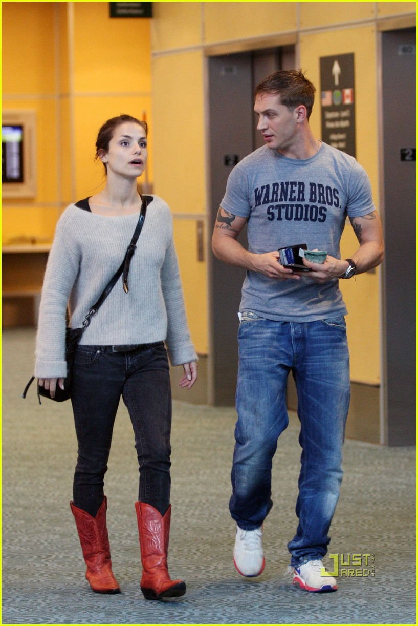 Tom Hardy & Charlotte in Vancouver International Airport, 17.09.2010-