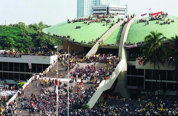 Reformasi Yang Dapat Memperbaiki Nasib Bangsa Dan Mengangkat Harkat Martabat Bangsa, tragedi 1998 trisakti, gedung dpr diduduki