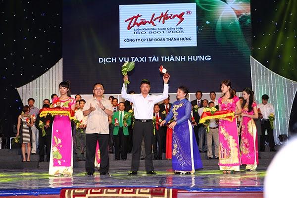 Đại diện Hãng taxi tải Thành Hưng lên nhận giải thưởng