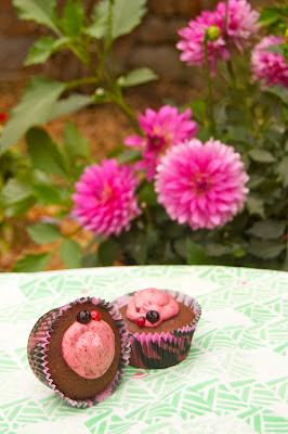 Cupcakes de vainilla farcits de mousse de fruits vermells