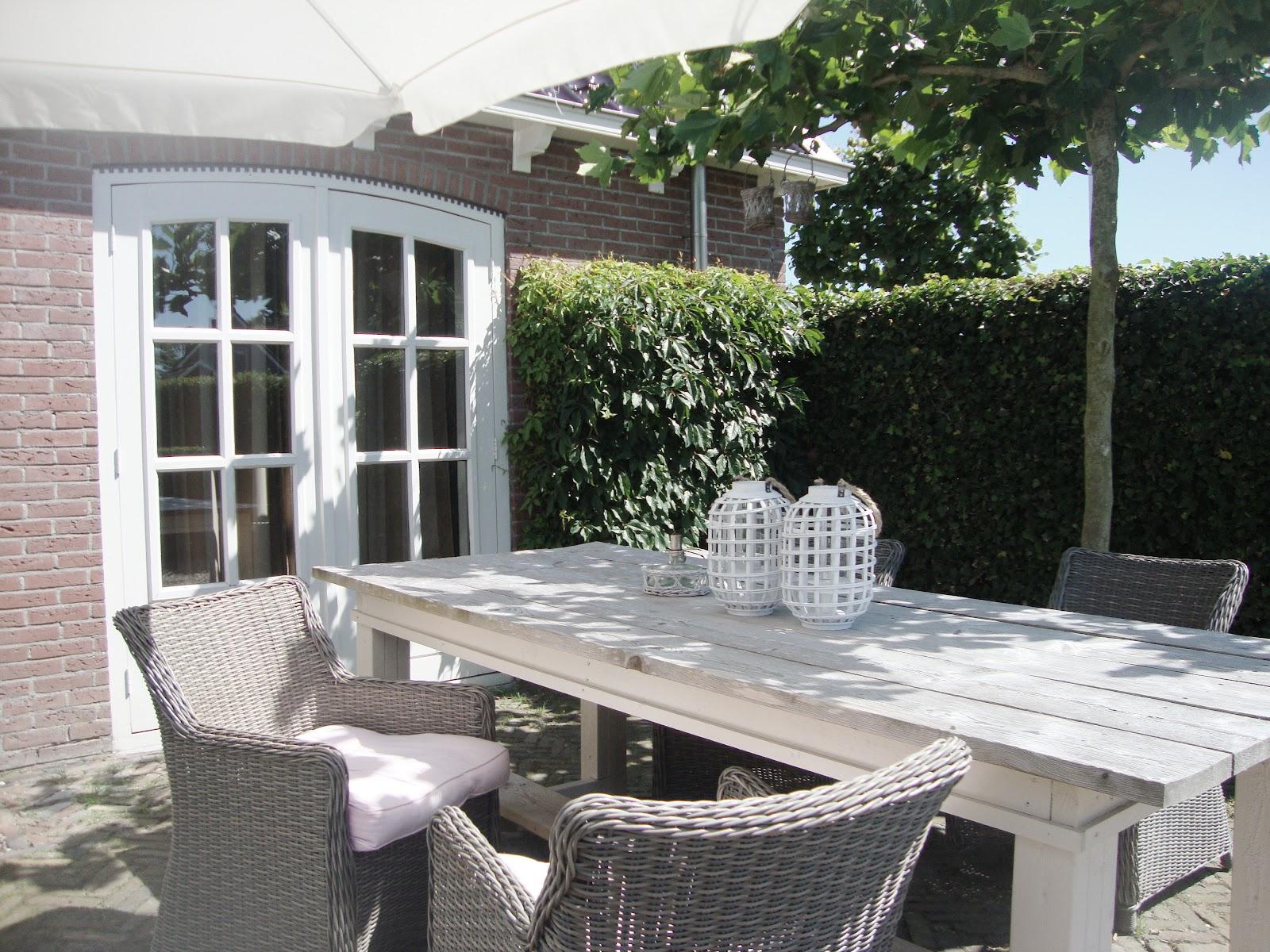 Landelijk wonen ontbijt op zonnig terras for Terras decoratie
