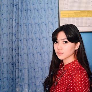 foto Isyana Sarasvati pake baju merah
