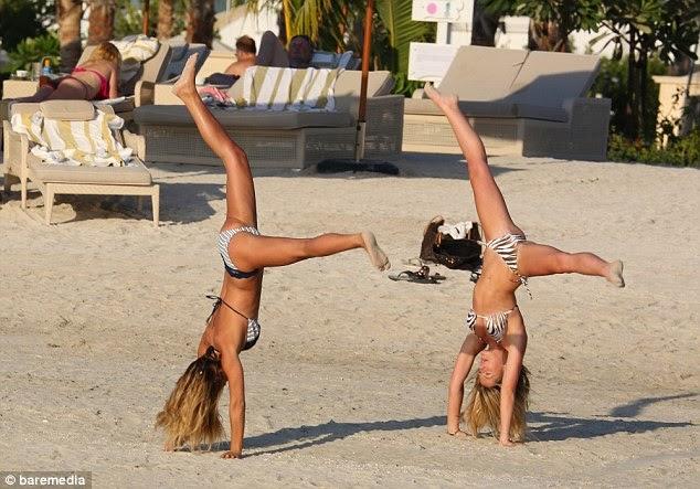 سام فيريس بالبكيني مع صديقتها على شاطىء دبي
