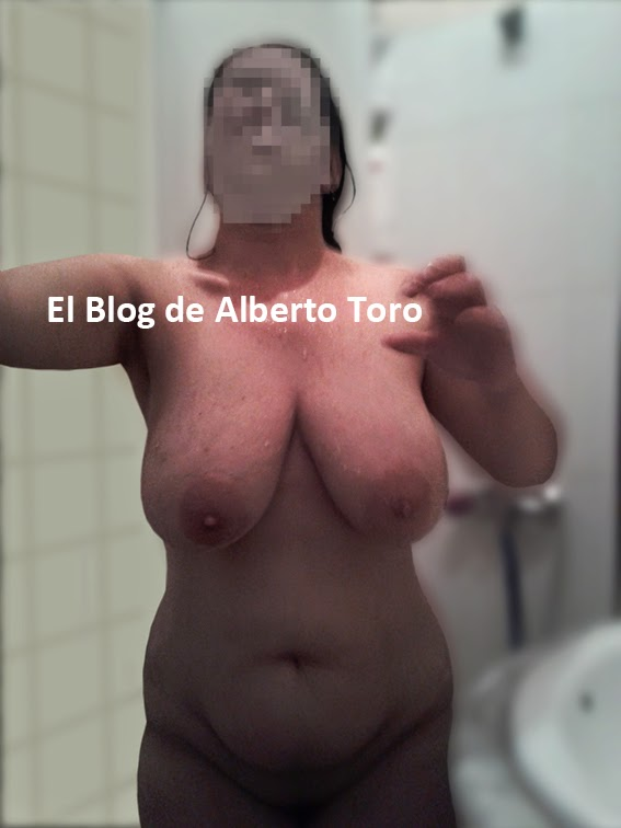 La mujer tiene orgasmos múltiples usando sus dedos 2