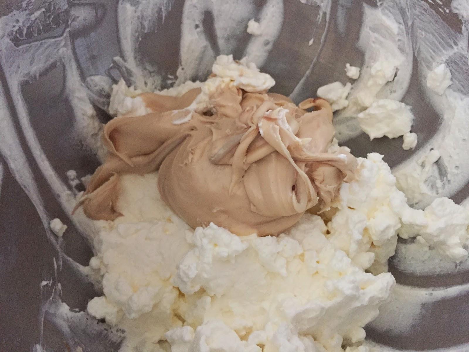 Cheesecake de nocilla blanca y frambuesas, añadiendo la nocilla blanca.